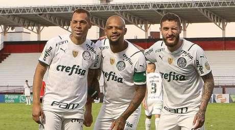 Felipe Melo e Zé Rafael comemoram com Breno Lopes a vitória do Palmeiras pelo Brasileirão (Foto: Cesar Greco)