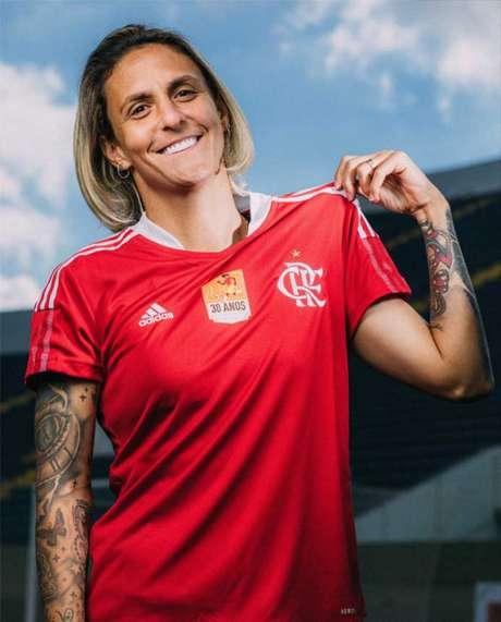 Darlene com o novo Manto (Foto: Divulgação / Flamengo)