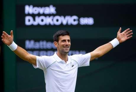 Novak Djokovic comemora título de Wimbledon 11/07/2021 Pool via REUTERS/David Gray