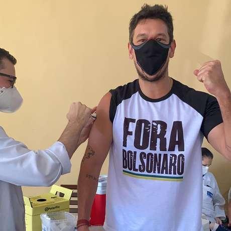 Ator João Vicente tomou a vacina com camisa crítica ao governo Bolsonaro