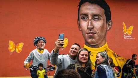 Ciclista Egan Bernal e Julián Gómez foram pintados em um mural em Zipaquirá