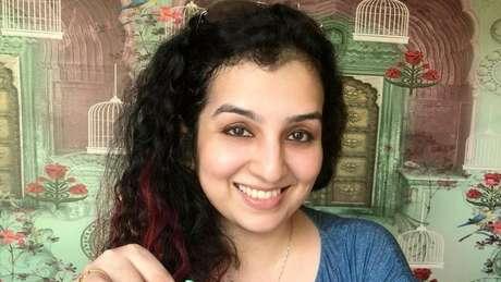 Hana Khan é piloto de uma companhia aérea comercial
