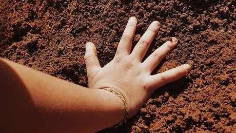 Uma das vias de envenenamento por chumbo é que as crianças costumam colocar as mãos ou brinquedos que estavam em contato com o solo em suas bocas, diz Mielke