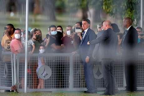 Sem máscara, Bolsonaro conversa com apoiadores em Brasília