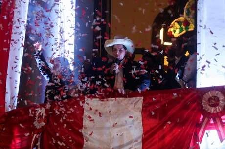 Pedro Castillo comemora em Lima após ser declarado presidente eleito do Peru 19/07/2021 REUTERS/Sebastian Castaneda