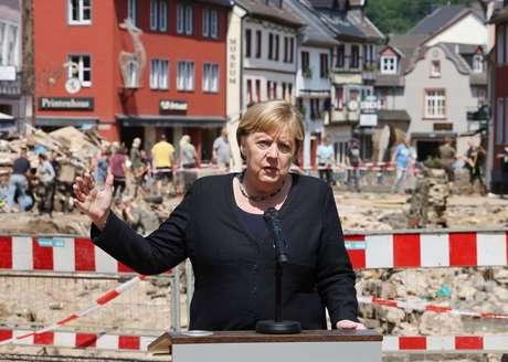 Chanceler da Alemanha, Angela Merkel, fala com jornalistas durante visita a área atingida por enchentes em Bad Muenstereifel 20/07/2021 Oliver Berg/Pool via REUTERS
