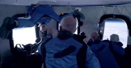 Tripulantes em voo espacial da empresa Blue Origin, do bilionário Jeff Bezos, que participou da viagem. 20/7/202.  Blue Origin/Handout via REUTERS.