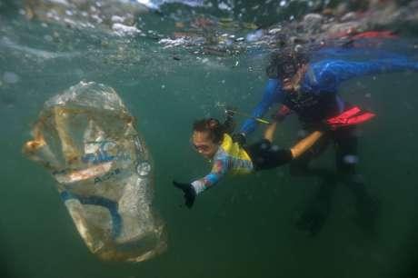 """Nina Gomes, a """"Agente Verde"""", coleta lixo do mar do Rio de Janeiro 09/07/2021 REUTERS/Pilar Olivares"""