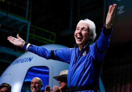 Wally Funk celebra após voo espacial  20/7/2021   REUTERS/Joe Skipper
