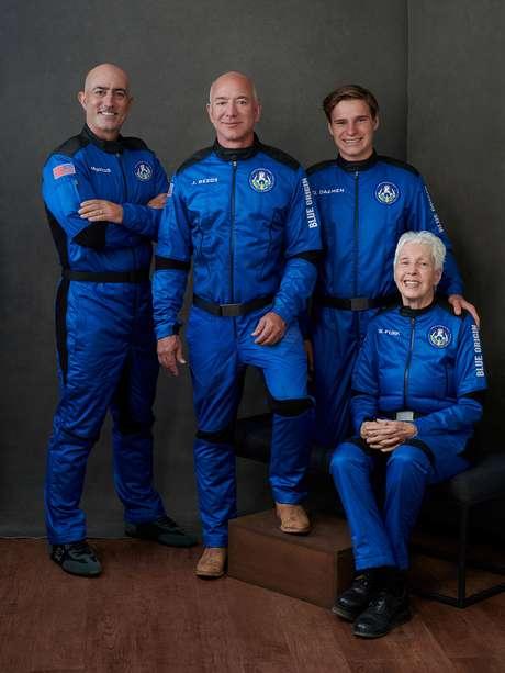 Jeff Bezos, Mark Bezos, Wally Funk e Oliver Daemen vão para o espaço