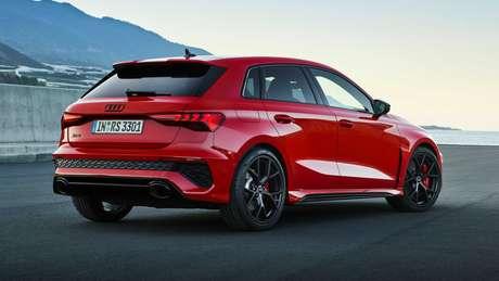 Novo Audi RS3: difusor de ar e saídas ovais duplas de escapamento.