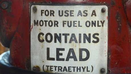 """Antigo posto de gasolina nos Estados Unidos que vendia gasolina com chumbo, """"lead"""" em inglês. O Tetraetilchumbo (chumbo tetraetila) foi adicionado à gasolina como um antidetonante"""