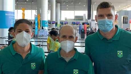 Álvaro Filho (esq.), o técnico Leandro 'Brachola' e Alison