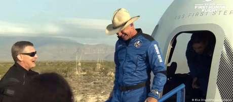 Bilionário Jeff Bezos desembarca após voo bem-sucedido da Blue Origin
