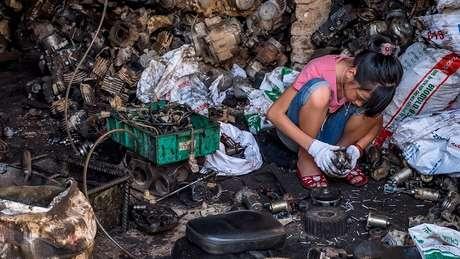 Reciclagem informal e perigosa de baterias de chumbo é um dos principais contribuintes para envenenamento por chumbo em crianças em países de baixa e média renda