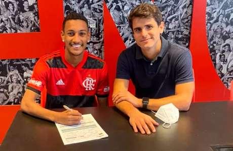 Pedrinho assinou o seu primeiro vínculo profissional com o Fla (Foto: Divulgação)