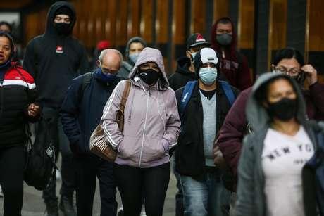 Pedestres enfrentam manhã de muito frio no bairro da Vila Olímpia, na zona sul da capital paulista, nesta terça-feira