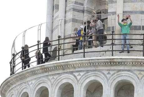 Movimentação de turistas na Torre de Pisa, centro-norte da Itália