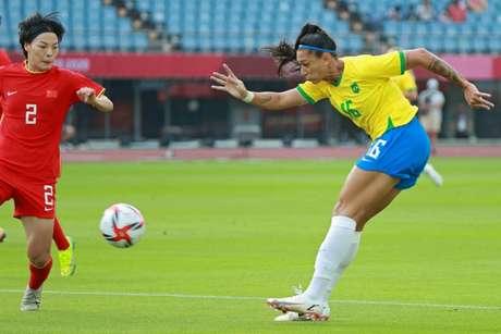 Bia Zaneratto deu trabalho para a marcação chinesa na estreia da Seleção Brasileira (Foto: KOHEI CHIBAGARA / AFP)
