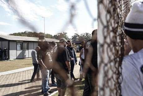Alguns torcedores puderam entrar no CT e falaram com Duilio Monteiro Alves (Foto: Divulgação/Gaviões da Fiel)