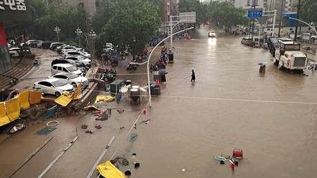 Estragos das fortes chuvas na cidade de Zhengzhou, na China