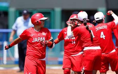 Jogadoras da seleção feminina de softball do Japão durante estreia na Olimpíada Tóquio 2020 contra a Austrália em Fukushima 21/07/2021 Yukihito Taguchi-USA TODAY Network