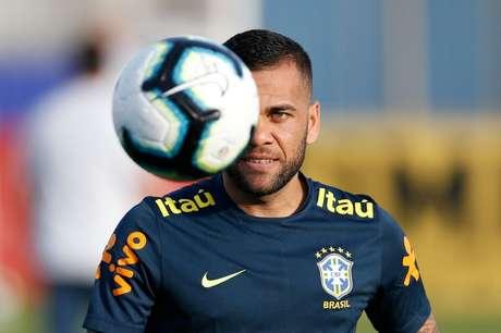 Daniel Alves treina com a seleção brasileira durante a Copa América de 2019  07/06/2019 REUTERS/Diego Vara