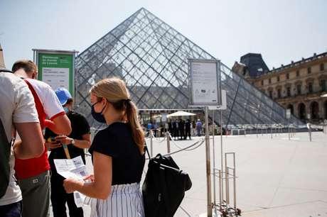 Pessoas com passes de saúde esperam para entrar no Museu do Louvre, em Paris 21/07/2021 REUTERS/Sarah Meyssonnier
