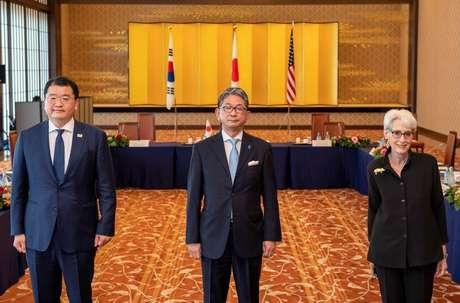 Vice-ministro das Relações Exteriores do Japão, Takeo Mori (centro), vice-ministro das Relações Exteriores da Coreia do Sul, Choi Jong-kun, e vice-secretária de Estado dos EUA, Wendy Sherman, durante reunião trilateral em Tóquio 21/07/2021 Kazuhiro Nogi/Pool via REUTERS
