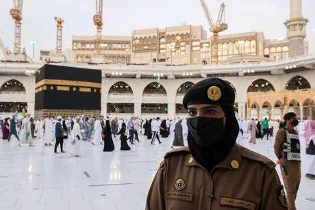 Policial saudita mulher em Meca durante celebração do Haj 20/07/2021 REUTERS/Ahmed Yosri
