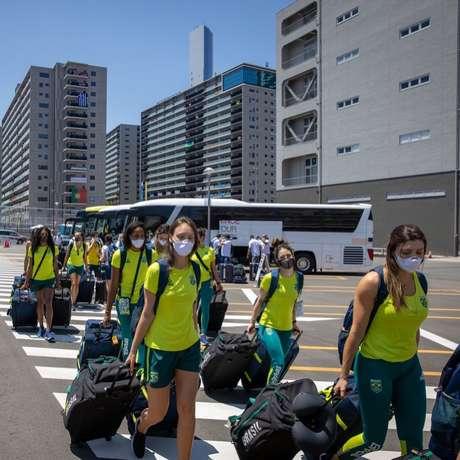 Seleção brasileira feminina durante a sua chegada na Vila Olímpica de Tóquio