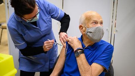 Ainda que a imunidade costuma ser mais frágil e durar menos tempo entre os mais velhos, ainda não está claro quanto tempo dura a proteção contra a covid-19 entre eles