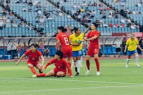 A capitã Marta comemora ao abrir o placar na vitória do Brasil contra a China na estreia da Olimpíada Sam Robles CBF