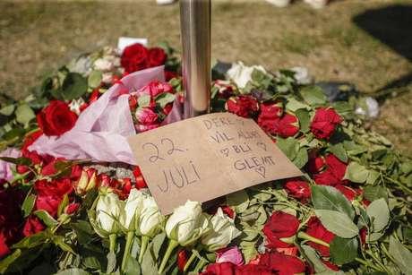 Rosas na Catedral de Oslo em memória das vítimas de Anders Breivik