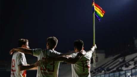 A celebração de German Cano com a bandeira LGBTQIA+ rodou o mundo (Foto: Rafael Ribeiro / Vasco)