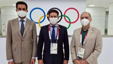 João Roma (ao centro) com o embaixador do Brasil no Japão, Eduardo Saboia (esq.), e o presidente do COB, Paulo Wanderley (Foto: Germano Bona/Min. Cidadania)