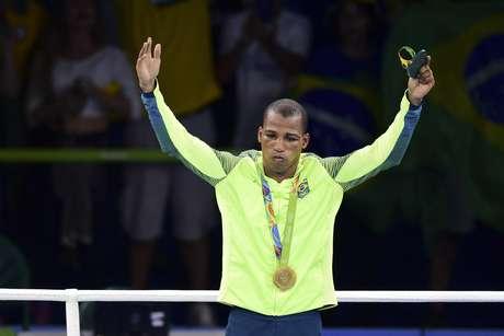 Robson Conceição com o ouro olímpico nos Jogos do Rio; agora o boxeador buscará título mundial como profissional