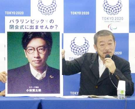 Hiroshi Sasaki, diretor executivo de criação dos Jogos Paralímpicos de Tóquio, exibe em 2019 um cartaz com a foto de Kentaro Kobayashi, agora demitido