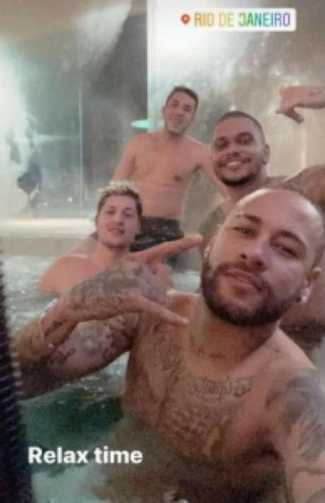 Neymar e os seus amigos relaxam em uma das áreas de lazer da mansão