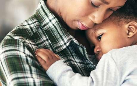 Mãe-abraçando-o-filho
