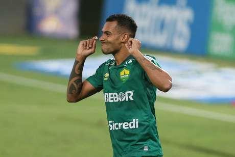 Elton comemora após marcar o gol que garantiu a vitória do Cuiabá sobre o Atlético-GO