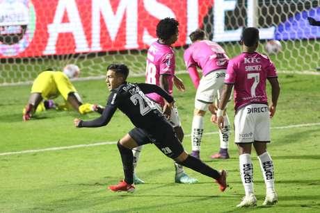 Cuello sai para comemorar após marcar o gol de empate do Bragantino