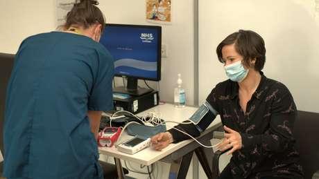 Lucy durante exames para investigar covid longa
