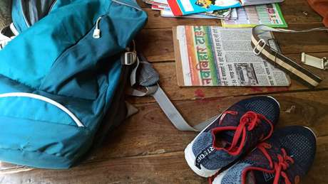 Zaino scuola e scarpe da ginnastica Neha Paswan