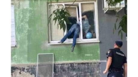 Homem ficou preso na janela da casa da ex-namorada