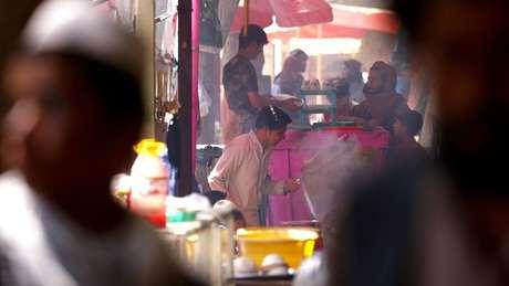 Feira em Bactro: Talebã quer mostrar que cotidiano da população foi mantido