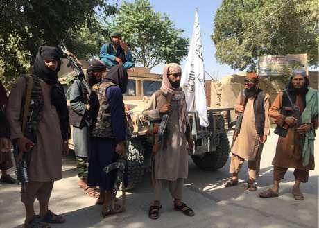 Combatentes do Taleban exibem o veículo utilitário militar Humvee que haviam capturado