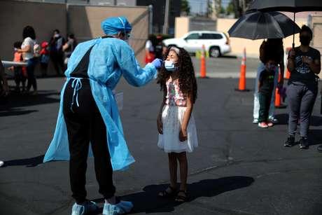 Criança faz teste de Covid para voltar à escola, em South Gate, Los Angeles
