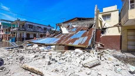 Paredes destruídas de edifício que caiu