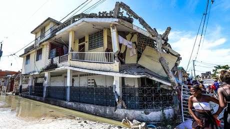 Edifício destruído por terremoto no Haiti, com paredes desabando